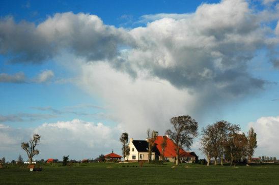 Boerderij in najaarsbui - FrieslandStock