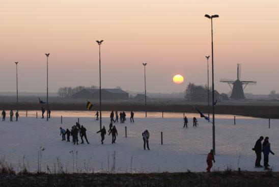 Schaatsers op schaatsbaan Workum - FrieslandStock