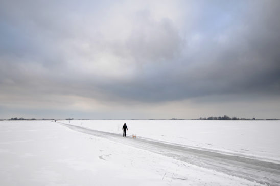 Schaatser op Oudegaasterbrekken - FrieslandStock