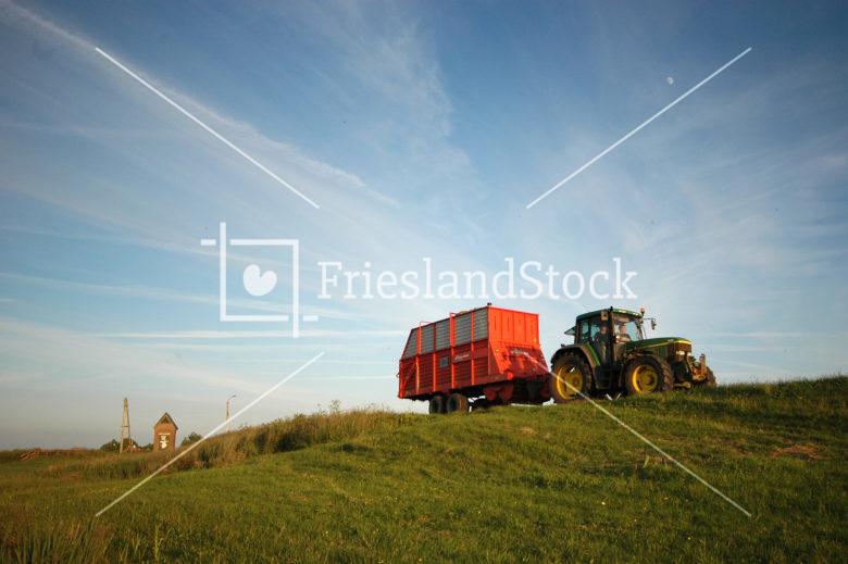 Traktor op oude zeedijk bij Abbega - FrieslandStock