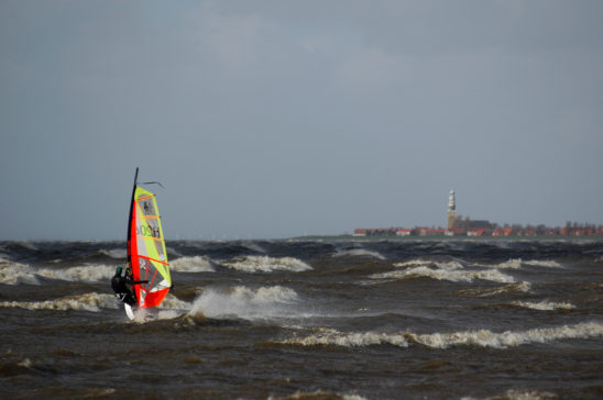 Surfer bij Molkwerum richting Hindeloopen - FrieslandStock