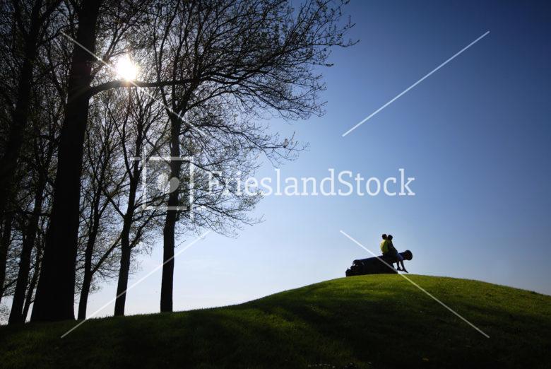 Stelletje op het kanon van Sloten - FrieslandStock