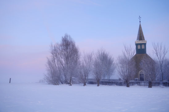 Kerkje van Hieslum in winter - FrieslandStock