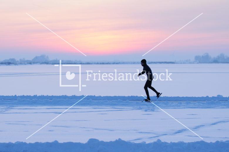 Schaatser in avond rood - FrieslandStock