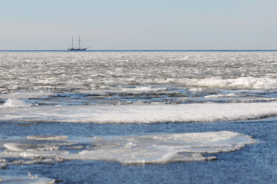Zeilboot op IJsselmeer met ijsschotsen - FrieslandStock