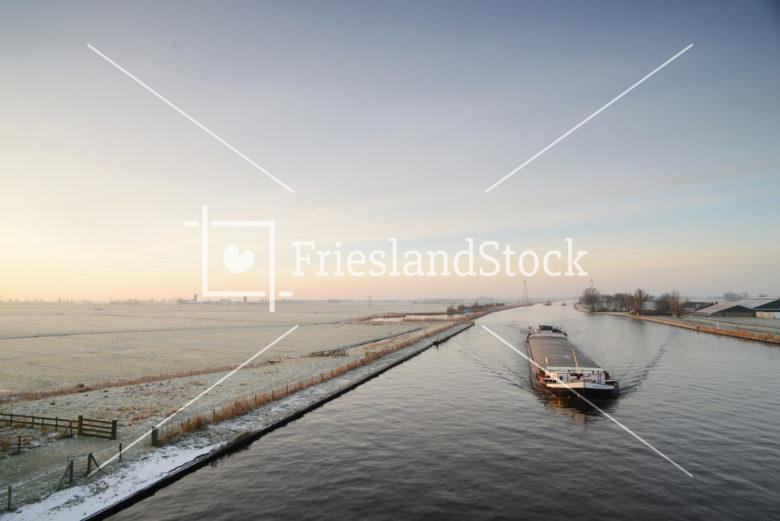 Binnenvaartschip bij Oudeschouw - FrieslandStock
