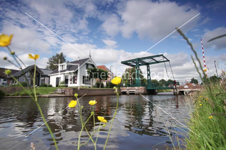 Het bruggetje over de Tsjonger in Mildam - FrieslandStock