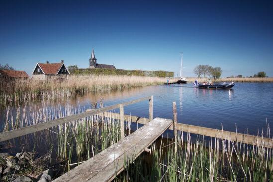Sloep varend op het Hop bij Sandfirden - FrieslandStock